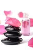 Piedras del balneario, petróleo esencial y pétalos color de rosa aislados Fotografía de archivo