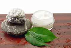 Piedras del balneario y crema cosmética fotografía de archivo