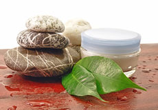 Piedras del balneario y crema cosmética Imagen de archivo libre de regalías
