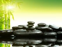 Piedras del basalto del zen con el bambú verde en el agua Balneario y concepto de la salud Fotos de archivo