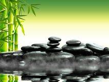 Piedras del basalto del zen con el bambú verde en el agua Balneario y concepto de la salud Fotografía de archivo