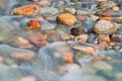 Piedras del guijarro en el cierre del agua de río encima de la visión Imagenes de archivo