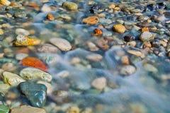 Piedras del guijarro en el cierre del agua de río encima de la visión Foto de archivo libre de regalías