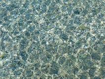 Piedras del guijarro en la agua de mar Imágenes de archivo libres de regalías