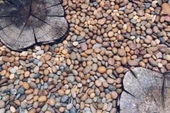 Piedras del guijarro y hormigón sellado en el piso Fotos de archivo