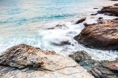 piedras del mar en durante la lluvia, parque nacional del ya del laem del khao, provincia del rayong, Tailandia Fotografía de archivo libre de regalías