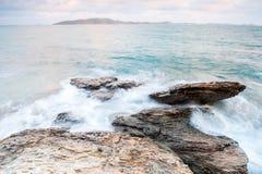 piedras del mar en durante la lluvia, parque nacional del ya del laem del khao, provincia del rayong, Tailandia Imagen de archivo