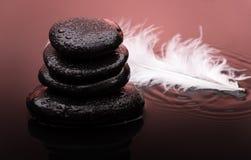 Piedras del masaje con descensos de la pluma y del agua Imagen de archivo libre de regalías