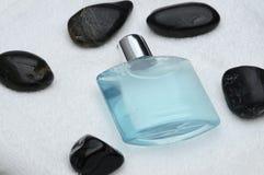 Piedras del negro de la botella del champú Fotografía de archivo
