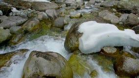 Piedras del río de la montaña metrajes