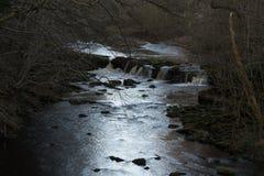 Piedras del río en el distrito máximo, depósito de Dovestone, Inglaterra, Reino Unido Foto de archivo