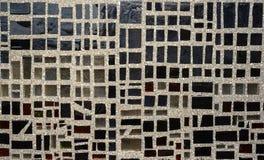 Piedras del vidrio oscuro en una pared Foto de archivo