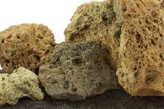 Piedras del volcán en la arena negra Foto de archivo libre de regalías