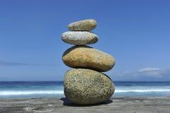 Piedras del zen empiladas en el espacio de la copia de la playa Imagen de archivo libre de regalías