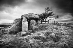 Piedras derechas antiguas debajo de los cielos del empollamiento Fotografía de archivo libre de regalías