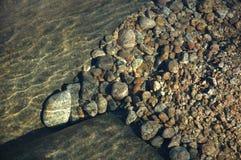 Piedras en agua Imágenes de archivo libres de regalías