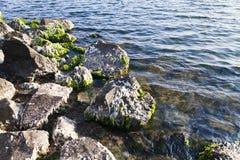 Piedras en agua Fotos de archivo