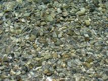 Piedras en agua clara Fotos de archivo libres de regalías