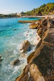 Piedras en el mar cerca de la playa fotos de archivo libres de regalías