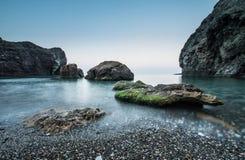 Piedras en el mar en una exposición larga Fotografía de archivo