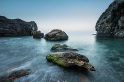 Piedras en el mar en una exposición larga Imágenes de archivo libres de regalías