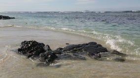 Piedras en el Océano Índico en Mauricio metrajes
