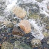 Piedras en el océano imagenes de archivo