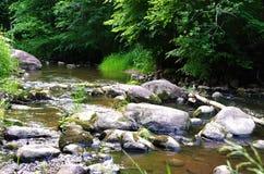 Piedras en el río Fotos de archivo libres de regalías