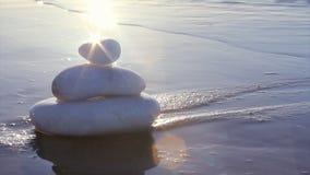 Piedras en estilo del zen y ondas del mar