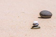 piedras en la arena en la playa Imagenes de archivo