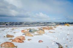Piedras en la costa costa tempestuosa de la bahía de Riga Fotografía de archivo