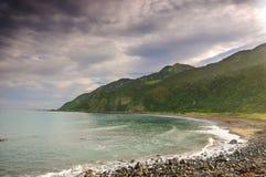 Piedras en la playa en la puesta del sol, Nueva Zelandia Fotografía de archivo libre de regalías
