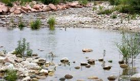 Piedras en los bancos del río del brenta cerca de la ciudad de Bassano Fotografía de archivo