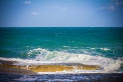Piedras en un mar y un cielo azul Imagen de archivo libre de regalías