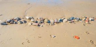 Piedras en una playa de la arena en verano Fotos de archivo