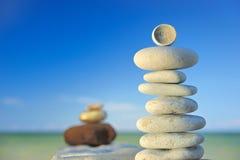 Piedras en una playa por la tarde Imagen de archivo libre de regalías