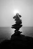 Piedras equilibradas blancos y negros Foto de archivo libre de regalías