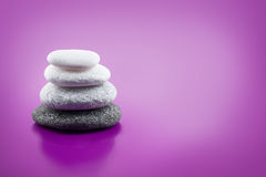 Piedras equilibradas clasificadas en fondo púrpura Fotografía de archivo libre de regalías