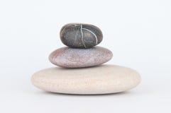 Piedras equilibradas del zen aisladas en el fondo blanco Fotos de archivo libres de regalías