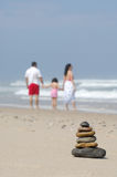Piedras equilibradas en costa de mar Imagen de archivo
