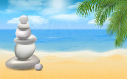 Piedras equilibradas en la playa del mar con las palmeras fotos de archivo libres de regalías