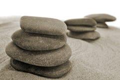 Piedras equilibradas en un jardín del zen Imagenes de archivo