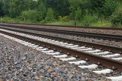 Piedras ferroviarias de la oscuridad del detalle del tren oxidado del hierro Imágenes de archivo libres de regalías