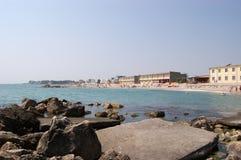 Piedras grandes cerca del embarcadero y de la vista de la playa en el mar rumano Foto de archivo