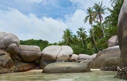 Piedras grandes en el agua fotos de archivo