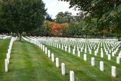 Piedras graves de piedra blancas del soldado americano en el nacional de Arlington fotos de archivo libres de regalías