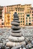 Piedras grises en equilibrio en la playa de Camogli fotos de archivo libres de regalías