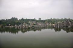 Piedras hermosas en el agua Foto de archivo