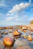 Piedras hermosas en el océano Los coas del mar Báltico Foto de archivo libre de regalías