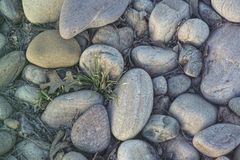 Piedras lisas en la puesta del sol fotos de archivo